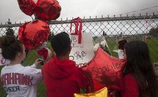 Des adolescents du lycée de Marysville-Pilchuck rendent hommage aux victimes d'une fusillade, le 26 octobre 2014