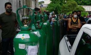 A Manaus au Brésil, la nouvelle flambée épidémique -probablement causée par le variant brésilien- est telle que c'est aux familles de fournir les bouteilles d'oxygène pour soigner les proches malades.