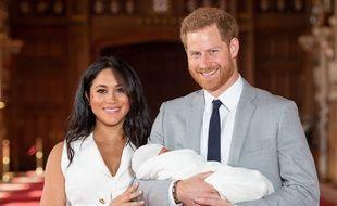 Première photo officielle d'Archie dans les bras de ses parents, deux jours après sa naissance, le 8 mai 2019.