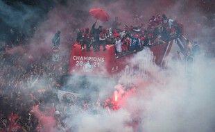 Le bus du Losc au milieu de ses supporters pour fêter le titre de champion de France de Ligue 1.