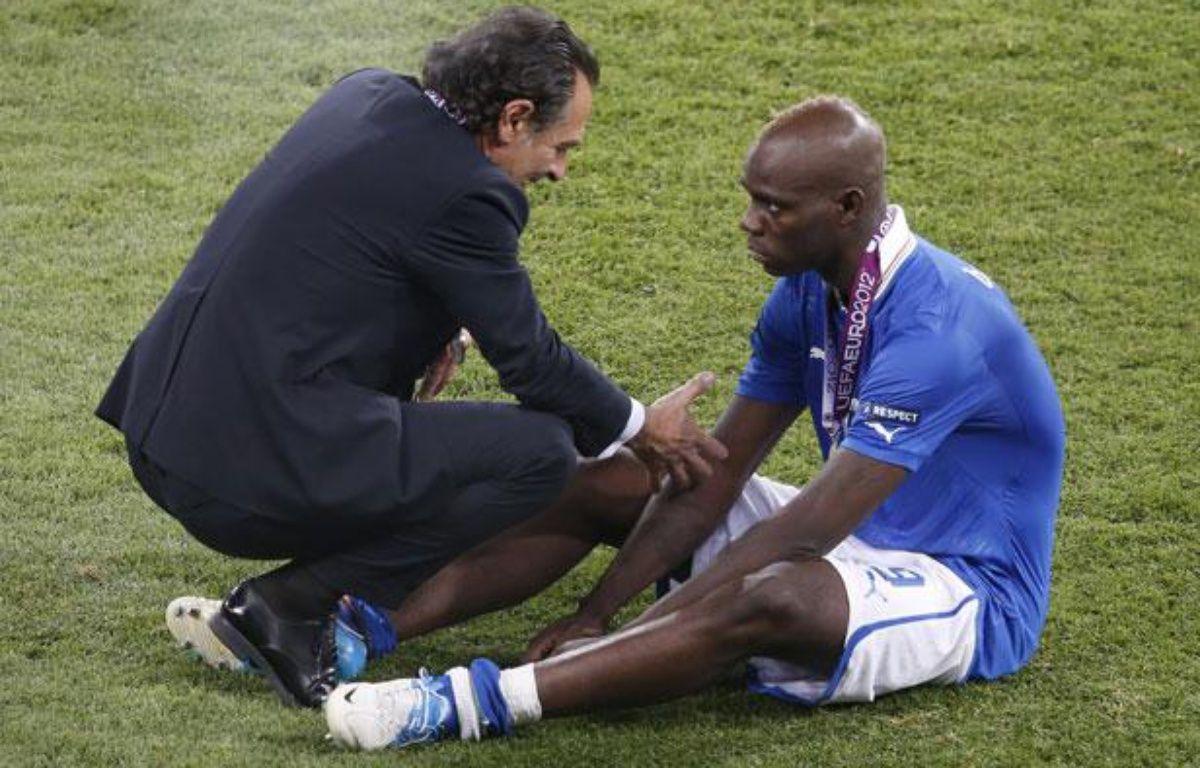 Cesare Prandelli réconforte Mario Balotelli après la défaite de l'Italie, le 1er juillet 2012 à Kiev – C.PLATIAU/REUTERS