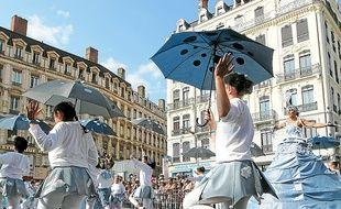 En 2012, plus de 4000 danseurs amateurs avaient participé au défilé.