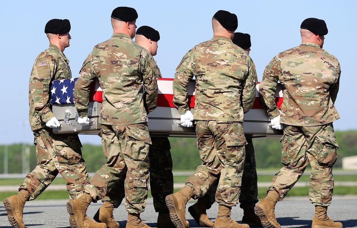 Des soldats de l'armée américaine portent les cercueils des deux Rangers tués lors de l'opération en Afghanistan, le 28 avril 2017. – Patrick Smith / GETTY IMAGES NORTH AMERICA / AFP