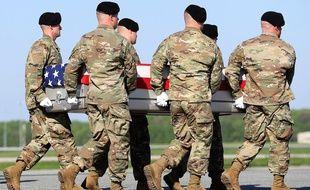 Des soldats de l'armée américaine portent les cercueils des deux Rangers tués lors de l'opération en Afghanistan, le 28 avril 2017.