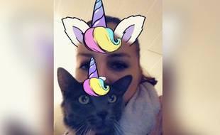 Bérénice et Jaz posent sur snapchat à l'aide du nouveau filtre lancé par le réseau social.