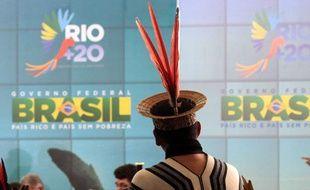 Un Indien d'Amazonie devant une affiche du sommet sur l'environnement Rio+20, à Brasilia en juin 2012.