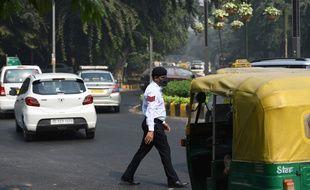Un policier indien porte un masque de protection contre la pollution à New Delhi.