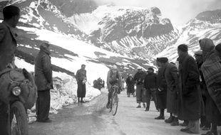 Le cycliste azuréen en course par -4°C, en 1939, sur le col de l'Iseran