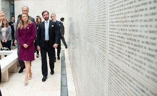 La princesse Stéphanie et le prince Guillaume du Luxembourg visitent le Mémorial de la Shoah à Paris, le 8 mai 2015.