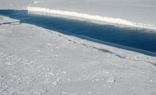 Le réchauffement des océans fait fondre les plateformes glaciaires entourant l'Antarctique en profondeur et est responsable de la plupart des pertes de masse de glace, traditionnellement attribuées à la formation d'icebergs, selon une recherche jeudi de la Nasa.