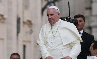 Le pape François à bord de sa papamobile