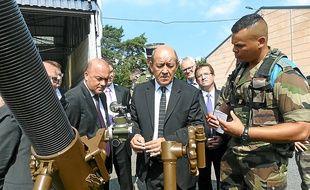 Jean-Yves Le Drian (au centre) a assité à des démonstrations de matériel.