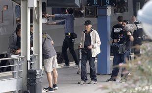 Clint Eastwood, au centre, en train de diriger les acteurs pour le tournage du film «The 15:17 to Paris», en gare d'Arras.