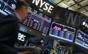 La Bourse de New York a ouvert en hausse mardi, malgré des indicateurs immobiliers en demi-teinte, dopée par l'espoir d'une nouvelle action de relance de l'économie par la Réserve fédérale américaine (Fed): le Dow Jones gagnait 0,44% et le Nasdaq 0,84%.