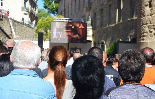 Un écran géant était installé sur le parvis de la cathédrale pour suivre la cérémonie.