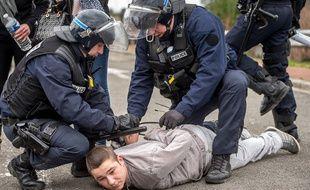 La police arrête un manifestant anti-migrants, à Calais, le 6 février 2016