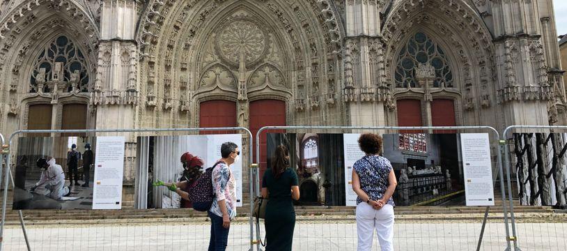L'exposition consacrée à l'incendie de la cathédrale Saint-Pierre se trouve sur le parvis de l'édifice.