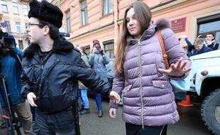 Alla Ilina, âgée de 33 ans, a été escortée par des huissiers vers une ambulance garée non loin du tribunal qui a décidé de l'hospitaliser de force.