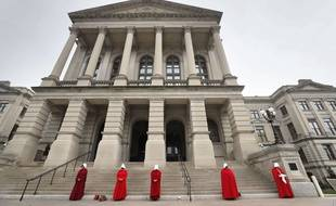 Des femmes manifestent contre la loi anti-avortement en Géorgie, le 8 mars 2019, portant un costume inspiré par la série «The Handmaid's Tale»
