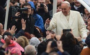 Auréolée ces derniers mois de la popularité du pape François, l'Église catholique s'est retrouvée jeudi sur la défensive face aux vives critiques de l'ONU l'accusant de protéger les prêtres pédophiles.