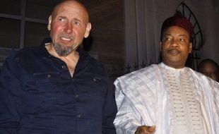 Le dernier otage Serge Lazarevic à côté du président du Niger après sa libération, le 9 décembre 2014.