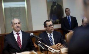 """Le Premier ministre israélien Benjamin Netanyahu a annoncé dimanche qu'Israël allait construire une nouvelle clôture de sécurité le long de sa ligne de démarcation avec la Syrie, pour protéger l'Etat hébreu """"des incursions et du terrorisme""""."""