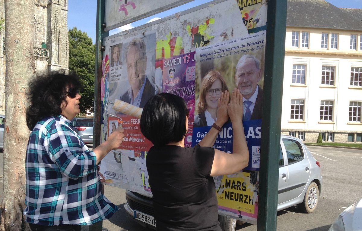 Des sympathisantes de Gaëlle Nicolas, candidate LR de la 6e circonscription du Finistère, collent une affiche à Carhaix, le 14 juin 2017. – L. Cometti / 20 Minutes
