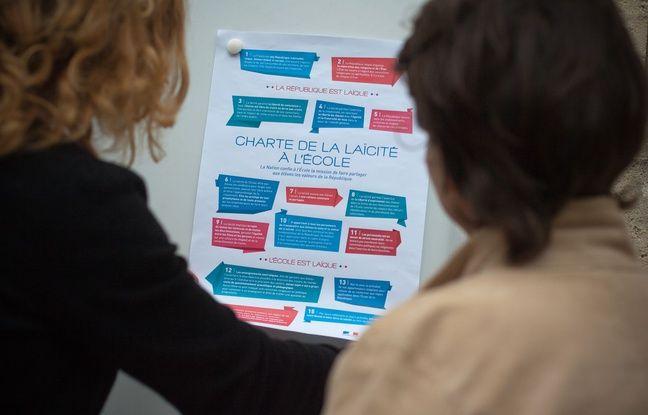 Une directrice d'établissement à Bordeaux affiche une charte de la laïcité dans son école, comme le demande la loi.