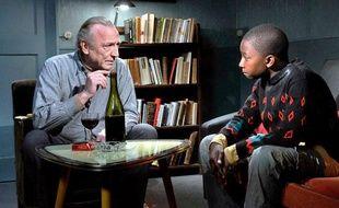 Dans «Le Havre», d'Ari Kaurismaki, le personnage interprété par André Wilms (à gauche), un cireur de chaussures solitaire, va se prendre d'amitié pour un jeune clandestin africain.