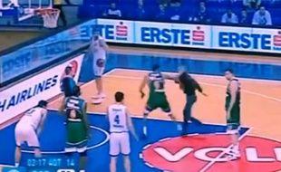 Un spectateur tente de frapper un joueur de basket lors d'un match d'Eurocup en tre les Turcs de Banvit et les Monténégrins de Buducnost, le 6 janvier 2015.