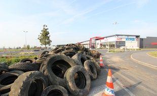Des pneus et de la paille ont été déposés devant les hypermarchés de la région rennaise, ici à Châteaugiron.