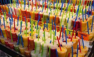 Illustration de jus de fruits avec des pailles en plastique.