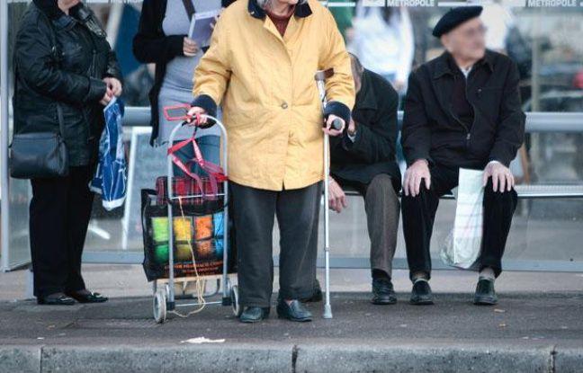 Des personnes âgéesattentent le bus. Illustration sur la vieillesse.