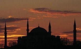 Depuis quinze siècles, la basilique Sainte-Sophie n'a pas été épargnée par les tempêtes en tous genres. Mais du haut de ses 55 mètres, le monument le plus visité d'Istanbul est parvenu à traverser les guerres, résister aux séismes et survivre aux polémiques.