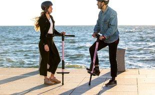 Deux personnes avec des bâtons sauteurs