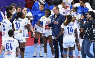 Olivier Krumbholz et les joueuses de l'équipe de France de handball lors de l'Euro en France, en décembre 2018.