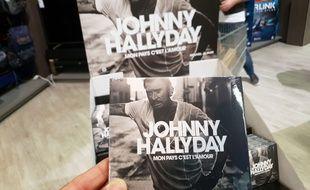 Présentoir de «Mon pays c'est l'amour», le CD posthume de Johnny Hallyday.