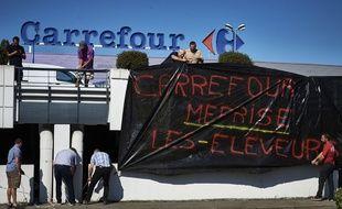 Des éleveurs manifestent devant un Carrefour à Ecully, près de Lyon, mercredi 7 septembre.