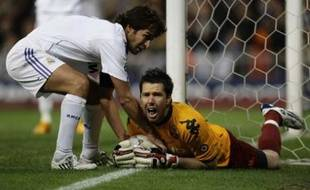 Real Madrid's Raul (L) fights for the ball with AS Roma's goalkeeper Doni during their Champions League first knockout round, second leg soccer match at Santiago Bernabeu stadium in Madrid March 5, 2008. REUTERS/Susana Vera (SPAIN)