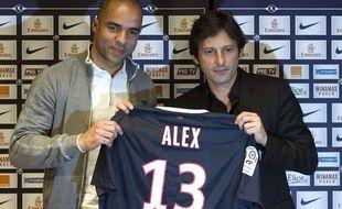 Leonardo (à droite), le directeur sportif du PSG, présente la nouvelle recrue brésilienne Alex, en conférence de presse le vendredi 27 janvier 2011.