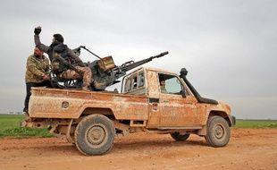 Des rebelles syriens, soutenus par la Turquie, sur une route près de Taftanaz, dans la province d'Idlib, le 2 février 2020.