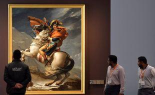 Napoléon, alors premier consul, ici représenté traversant les Alpes, au Louvre Abu-Dhabi. (illustration)