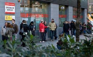 Des chômeurs attendent le 2 décembre 2014 devant une agence pour l'emploi à Madrid
