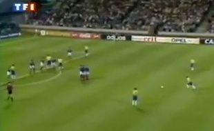 Roberto Carlos tire un coup franc contre l'équipe de France le 3 juin 1997.