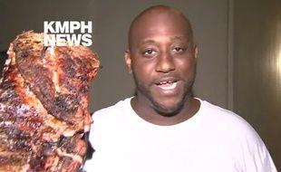 Capture d'écran de la chaîne de télévision KMPH Fox 26, montrant Robert Wright, interviewé avec à la main les grillades qu'il vient de sauver d'un incendie.
