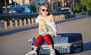 Une petite fille et sa valise