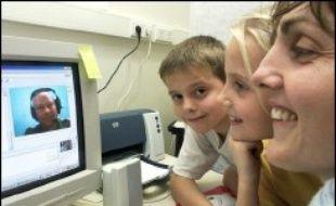 Envahies d'appareils électroniques, les familles technophiles restent malgré tout attachées aux valeurs traditionnelles et tiennent à préserver le temps passé ensemble tout en profitant des nouveaux moyens de communications, indique une étude Yahoo/OMD publiée mardi.