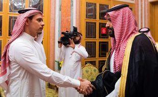 Salah Khashoggi, le fils du journaliste tué, reçoit les condoléances du prince héritier d'Arabie saoudite, Mohammed ben Salmane, le 23 octobre 2018.