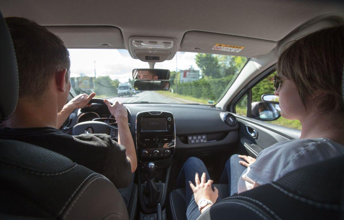Illustration d'un cours de conduite à un conducteur avec un moniteur d'une auto-école.  – SERGE POUZET/SIPA