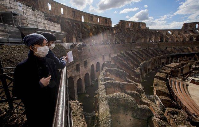 Des touristes visitent le Colisée, à Rome. L'industrie du tourisme pâtit de l'épidémie du coronavirus, dont l'Italie est le principal foyer en Europe. Ici, le 7 mars 2020.